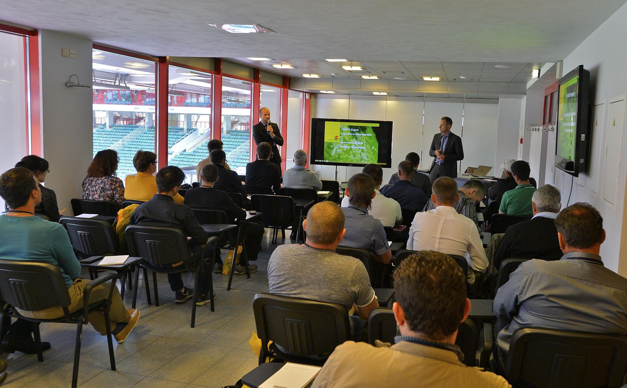 Проведение теоретической части семинара на стадионе «Локомотив»