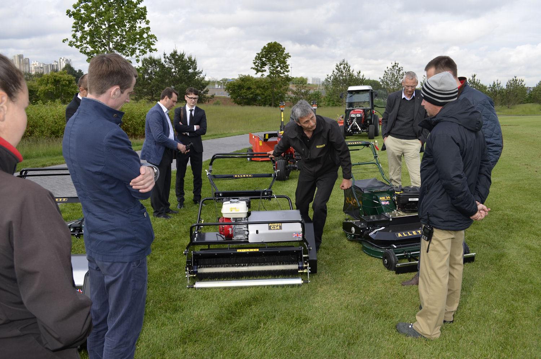 Дэйв Аллетт (компания Allett, Англия) демонстрирует возможности косилок и машин для ухода за футбольными полями